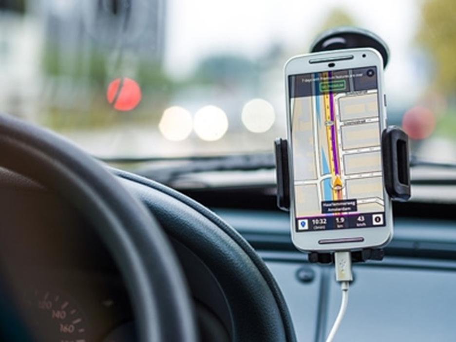 צמצום כמות הסחות הדעת בזמן הנהיגה עם מעמד לטלפון ואביזרים לסלולרי ברכב